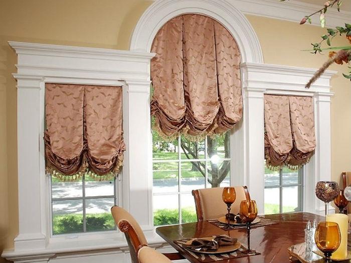 Для оформления арочных окон идеально подходят гнутые профильные крепления для штор