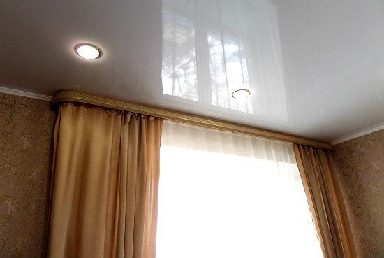 При креплении потолочной модели к натяжной системе используйте специальные прокладочные шайбы, это поможет избежать повреждения полотна
