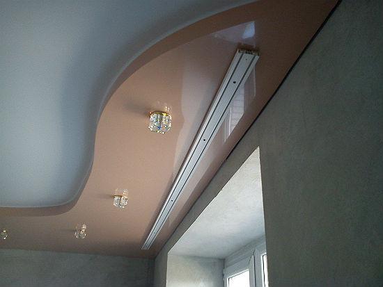 Пластиковая шина установлена на натяжной потолок по закладной