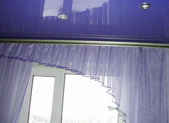 В сочетании с глянцевым потолком лучше всего использовать максимально простй карниз
