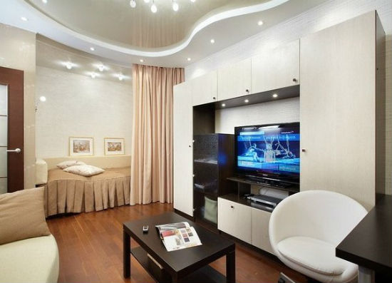 На зонирование помещения с натяжными потолками с использованием карнизов для штор