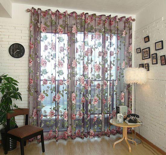 Лаконичные багетные карнизы выигрышно смотрятся со шторами из дорогих тканей, украшенных орнаментном в тон основному полотну
