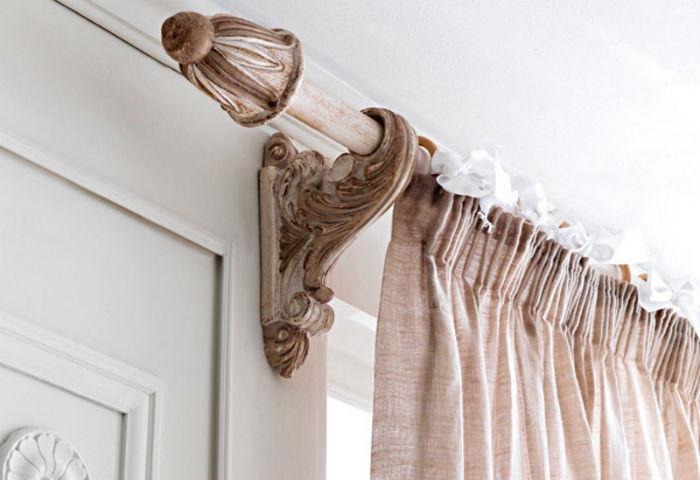 Карниз в тон штор или стен «растворится» в интерьере, чтобы сделать акцент, следует подобрать красивые кронштейны и наконечники