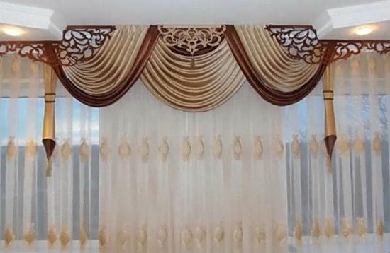 Шторы, закрепленные на разном уровне – оригинальная дизайнерская находка, помогающая выправить пропорции помещения и красиво, креативно оформить проем