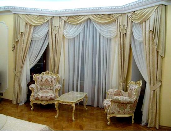 Гибкие карнизы подходят для подвеса простых и многослойных штор, на фото крепление, скрытое в нишу из потолочного багета