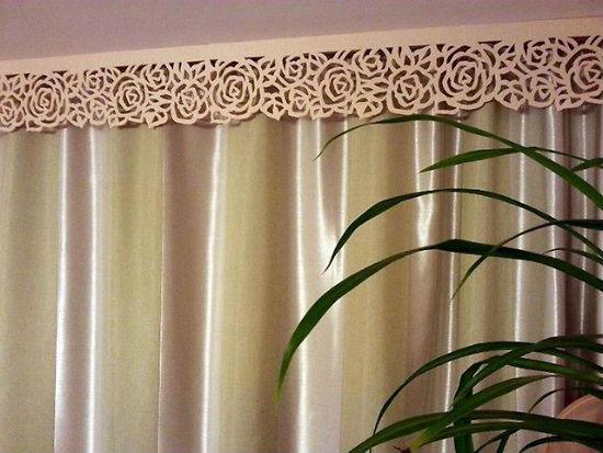 Для декорации потолочных и настенных карнизов подойдет ажурный ламбрекен, как на фото