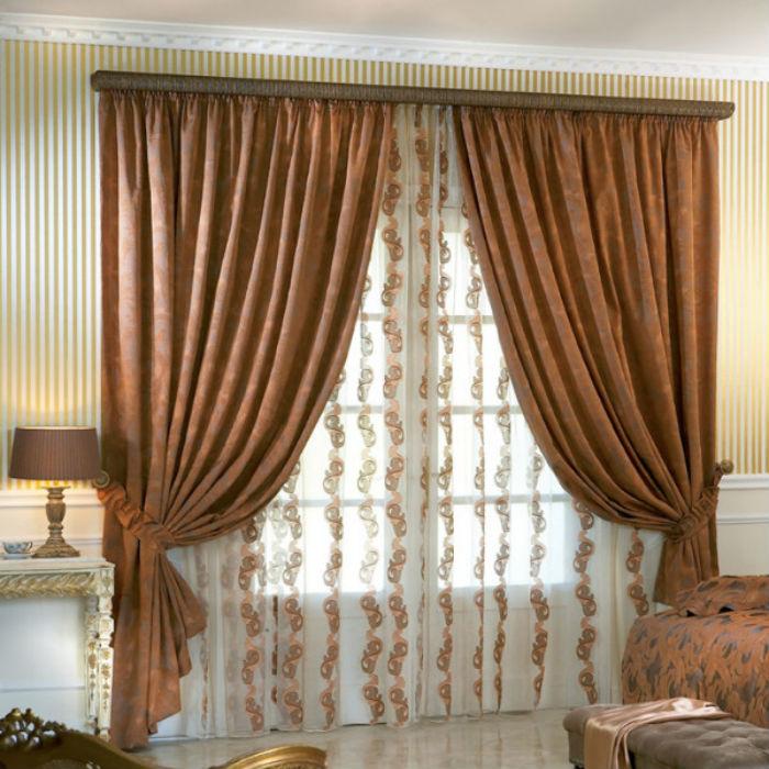 Багет добавляет интерьеру четких линий, чтобы сгладить эффект подбирайте фасоны штор с округлыми линиями и мягкими складками
