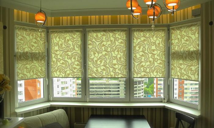 Рулонные, римские и вертикальные жалюзи подходят для оформления многогранных эркеров, вертикальными можно декорировать полукруглые и криволинейные проемы