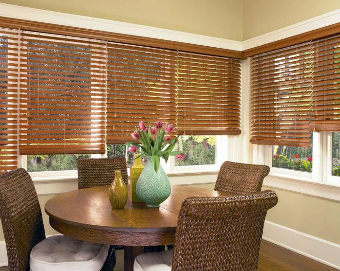 Жалюзи из бамбуковых ламелей в интерьере прекрасно сочетаются с деревянной и плетеной мебелью