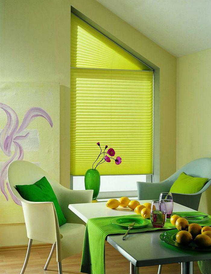 Проявив немного фантазии, плиссированными жалюзи можно задекорировать любые по форме проемы, на фото пример, как оформить скошенное окно