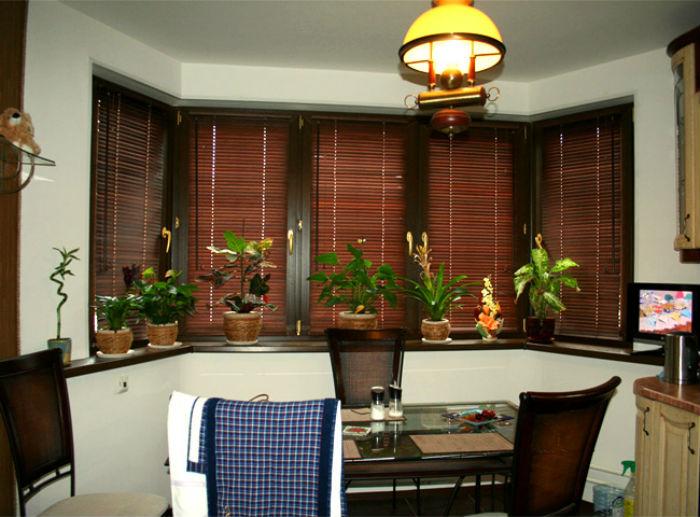 Жалюзи до подоконника, укрепленные на раме пластикового окна, высвобождают полезную площадь