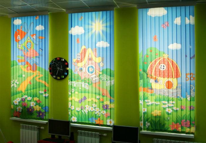 Жалюзи с ярким фото, рисунком или иллюстрацией из мультфильмов оживят скучный интерьер, такие занавески будут очень удачны не только в комнате ребенка, но и в детском саду