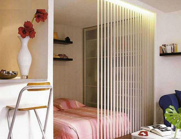 Вертикальными жалюзи можно оформлять не только окна, но и зонировать пространство