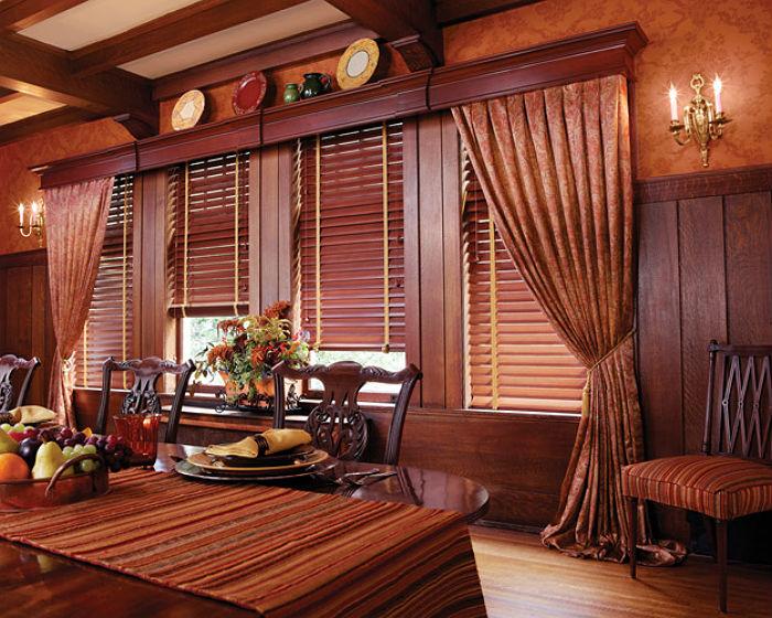 Жалюзи из тонированного бамбука в купе с традиционными шторами прекрасно вписываются в классический стиль интерьера
