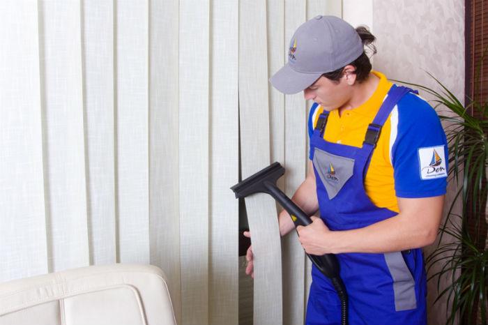 Если нет времени на мытье или боитесь испортить жалюзи, можно обратиться к услугам профессионалов, ламели даже не надо снимать, они почистят занавес прямо у вас дома