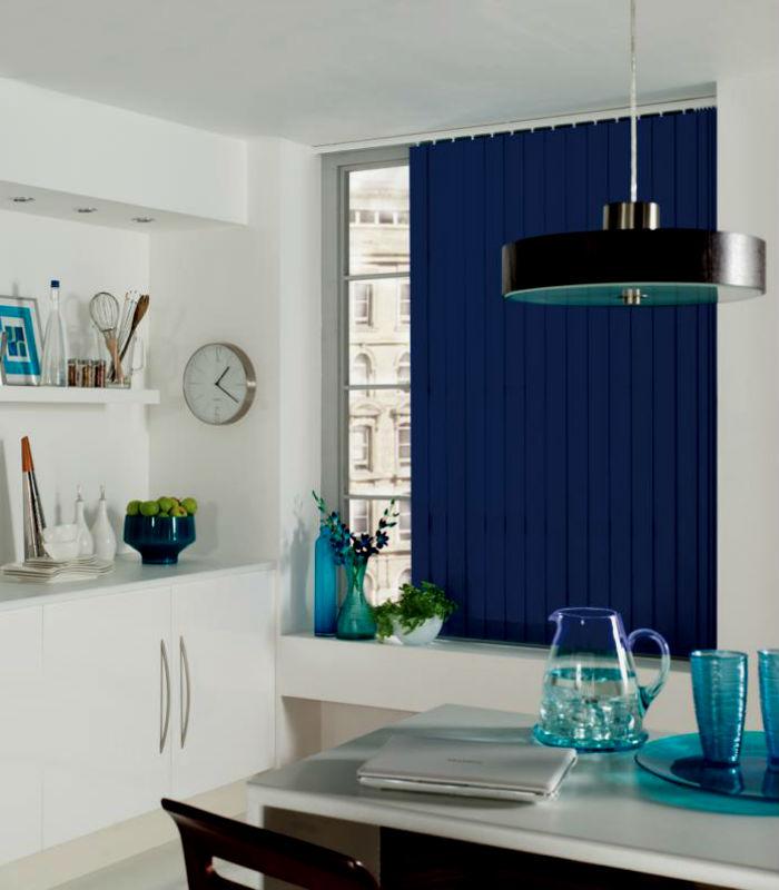 Яркое оформление окна добавит красок и выразительности интерьеру, этот эффект хорошо заметен на фото