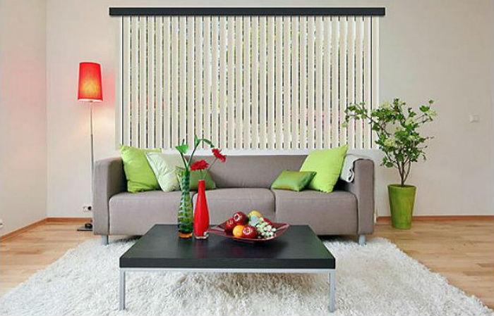 Вертикальные жалюзи можно повесить на багетный карниз, на фото видно, что такой прием добавляет четких линий в интерьер, что допустимо в помещениях с высокими потолками