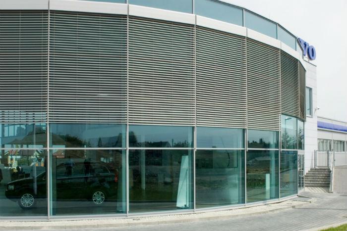 Рафштроры надежно защищают помещение от солнечных лучей, а фасад здания от вандалов и препятствуют проникновению злоумышленников внутрь
