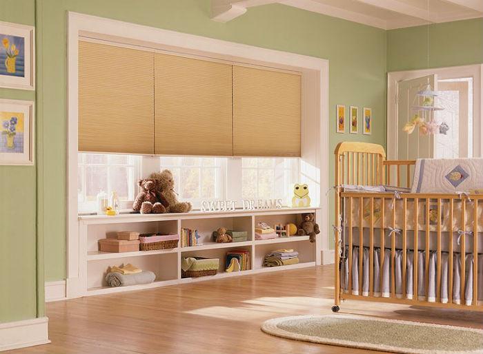 В комнату для совсем маленьких детей лучше выбирать плотные шторы, чтобы они полностью перекрывали доступ солнечному свету, это способствует