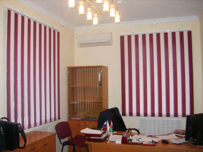 Жалюзи на окна из контрастных тканей, как на фото, помогают изменить пропорции помещения и деликатно добавить ярких красок