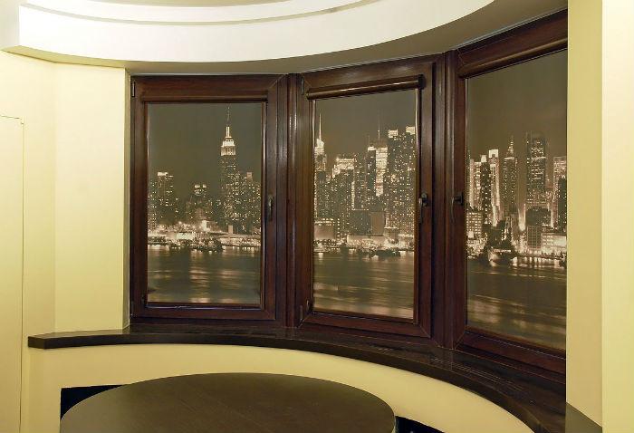 Рулонные шторы подходят не только для оформления прямых или наклонных, но и для многогранных проемов