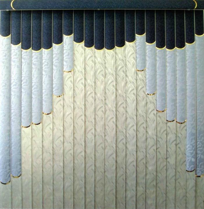 Вертикальные полосы визуально вытягивают пространство вверх, а контрастный ламбрекен наоборот делает помещение ниже