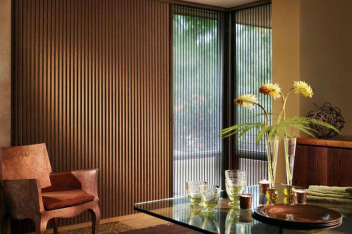 Вертикальные деревянные занавесы, как пример на фото, смотрятся очень оригинально, интерьер приобретает солидность и степенность