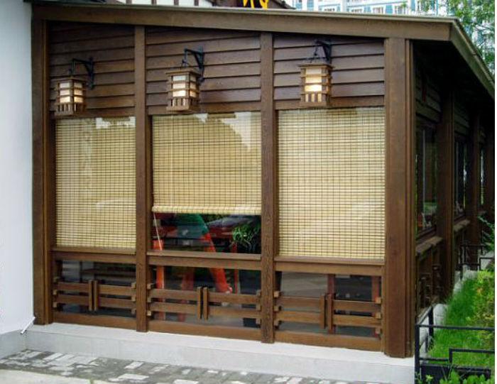 Фото летней застекленной веранды в японском стиле, проемы оформлены бамбуковыми рулонными шторами