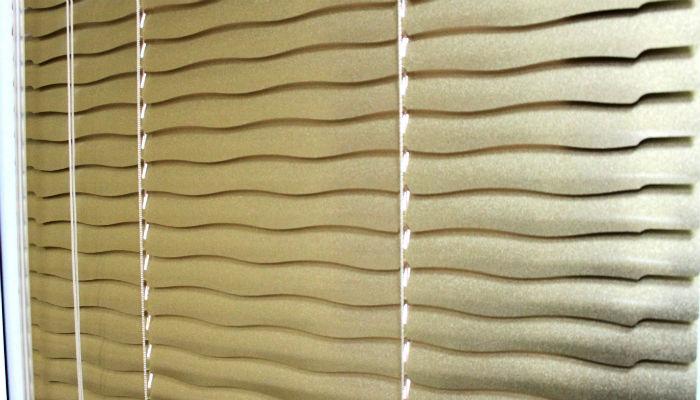 На фото перфорированные ламели, плавный край пластины сглаживает четкие горизонтальные линии, появляется кажущаяся мягкость