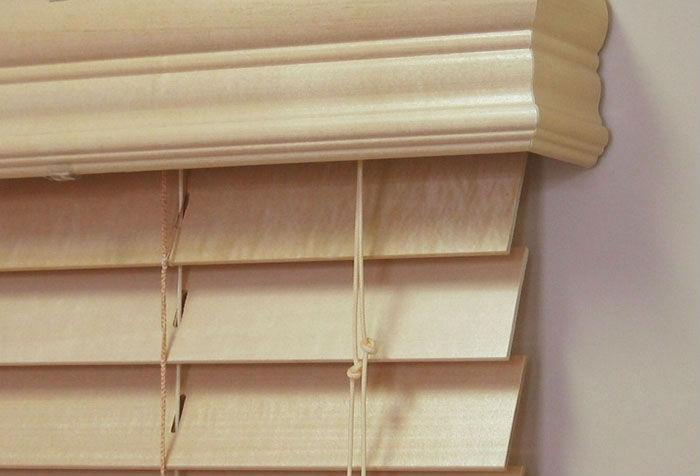 Карниз для жалюзи можно выполнить из фигурного деревянного плинтуса