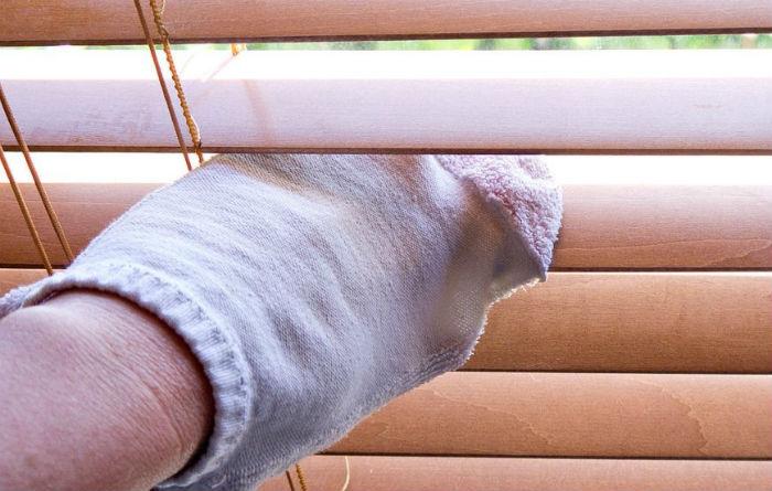 Натирать ламели удобно обычным махровым носком, надетым на руку