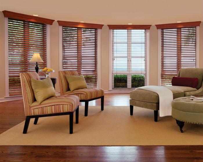 Деревянные жалюзи для окон, горизонтальные и вертикальные жалюзи из дерева на фото