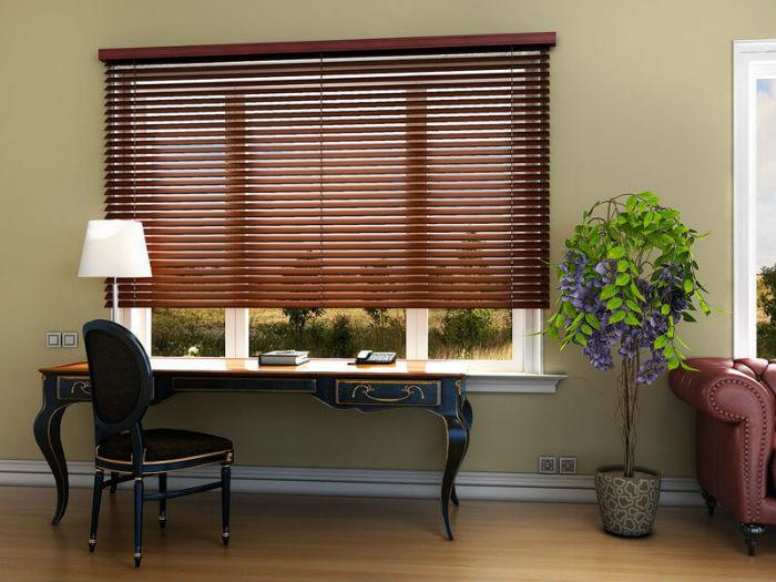 Четкие линии горизонтальных ламелей добавляют интерьеру графичности, дизайнеры рекомендуют сглаживать эффект плавными линиями аксессуаров и мебели