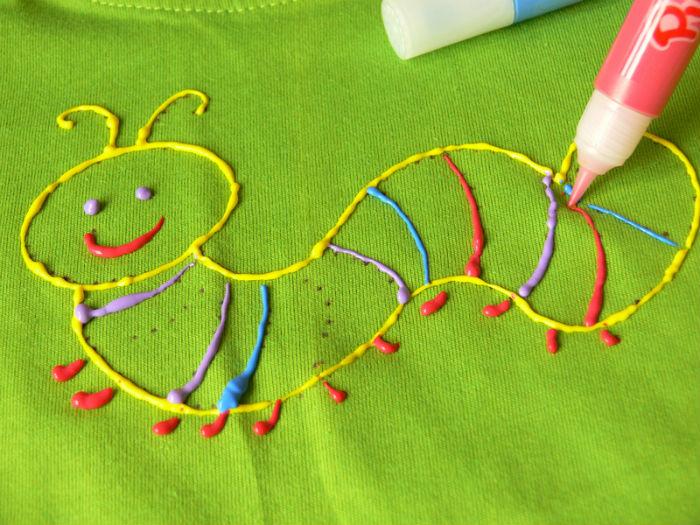 На фото рисунок по текстилю контурными красками