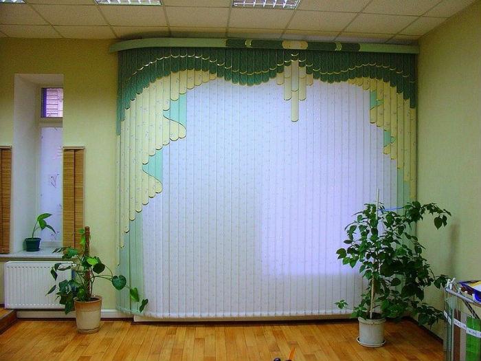 Вертикальные мультифактурные ламели под классический вариант штор