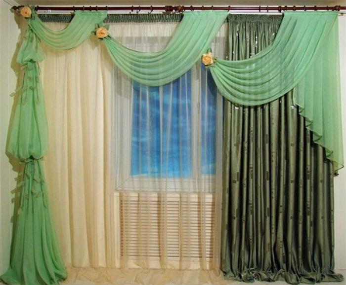 Яркий пример асимметричных штор в зал, здесь использованы сразу три по цвету, фактуре ткани и крою полотна