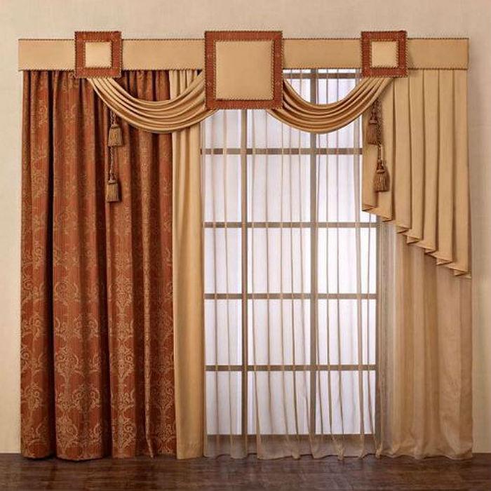 Пример ассиметричных штор в зал, данная модель - образец гармоничного сочетания формы, цвета и фактуры