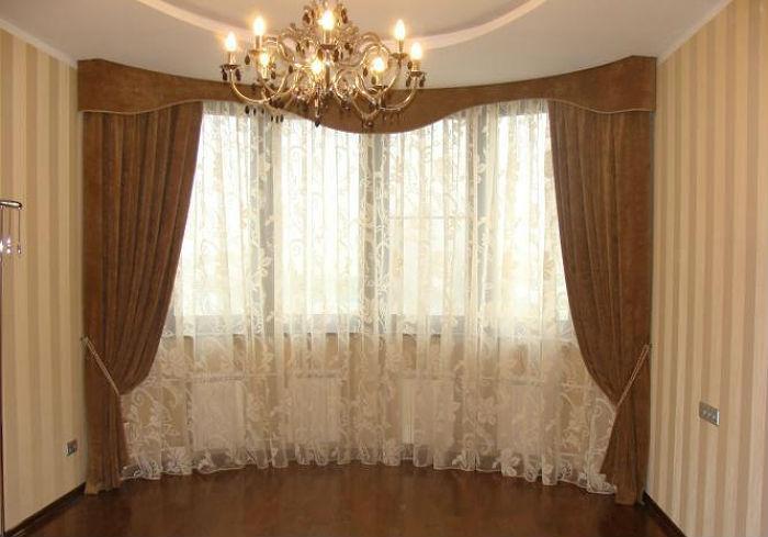 Прозрачный тюль уместен в зале, а в спальню рекомендуется выбрать более функциональные занавески