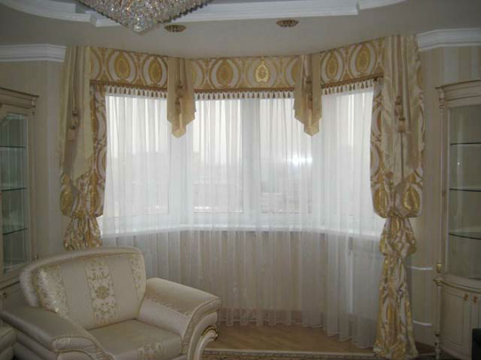 Классическое сочетание легкой органзы с традиционными шторами – беспроигрышный вариант для зала и спальни
