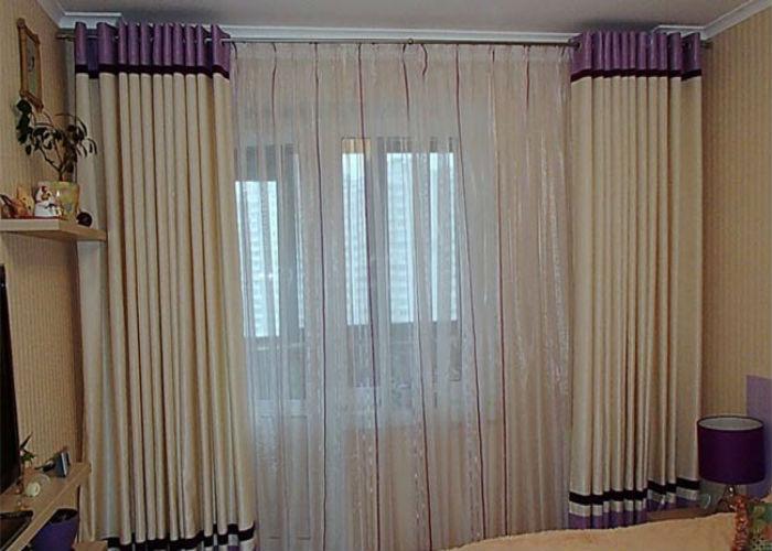 Габардиновые шторы зачастую комбинируют с вставками контрастного цвета, что помогает объединить элементы интерьера