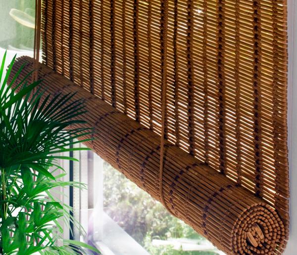 Рулонные шторы из бамбука сворачиваются на себя