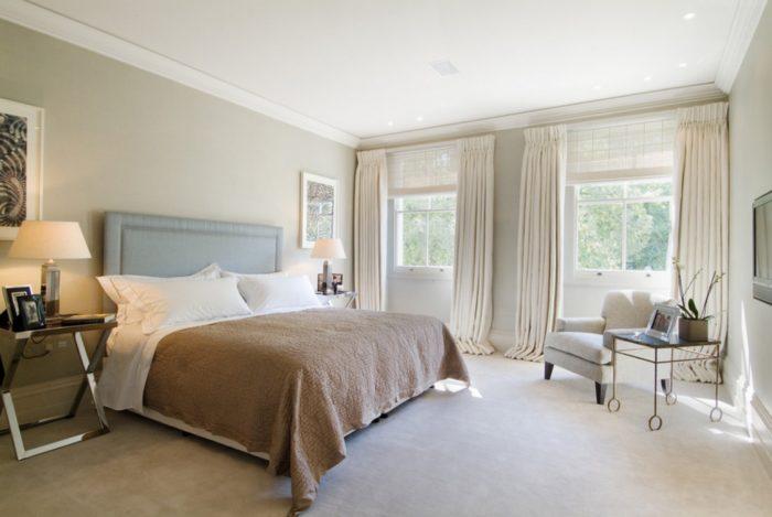 Удлиненные портьеры в спальне создадут дополнительный уют