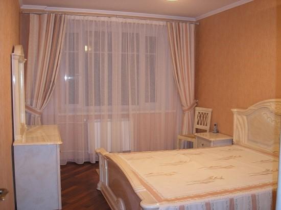 Для спальни идеально подойдут шторы светлых оттенков