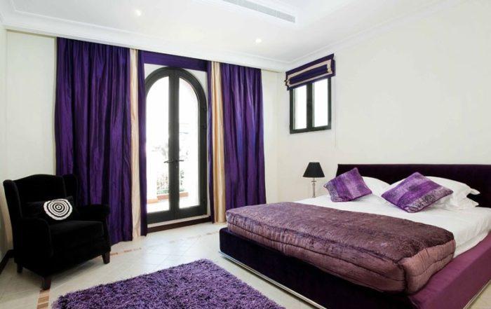Фиолетовые шторы хорошо смотрятся в спальне