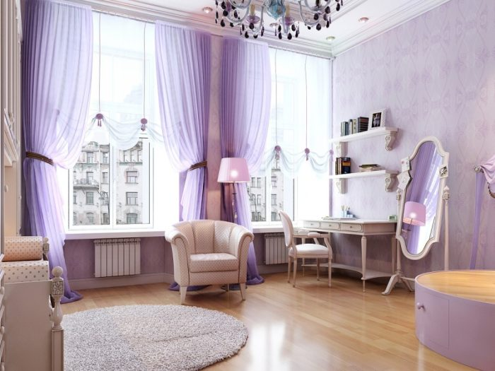 Фиолетовые шторы хорошо сочетаются с обоями того же цвета, но другого оттенка
