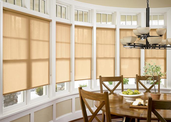 Так могут выглядеть рулонные шторы в кухне