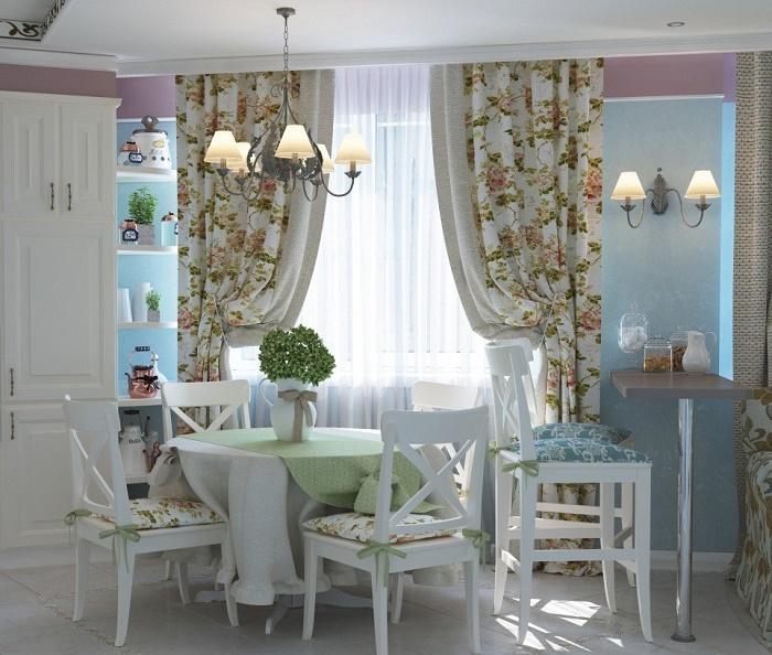 Длинные шторы из полотна гладкой фактуры в кухне-столовой