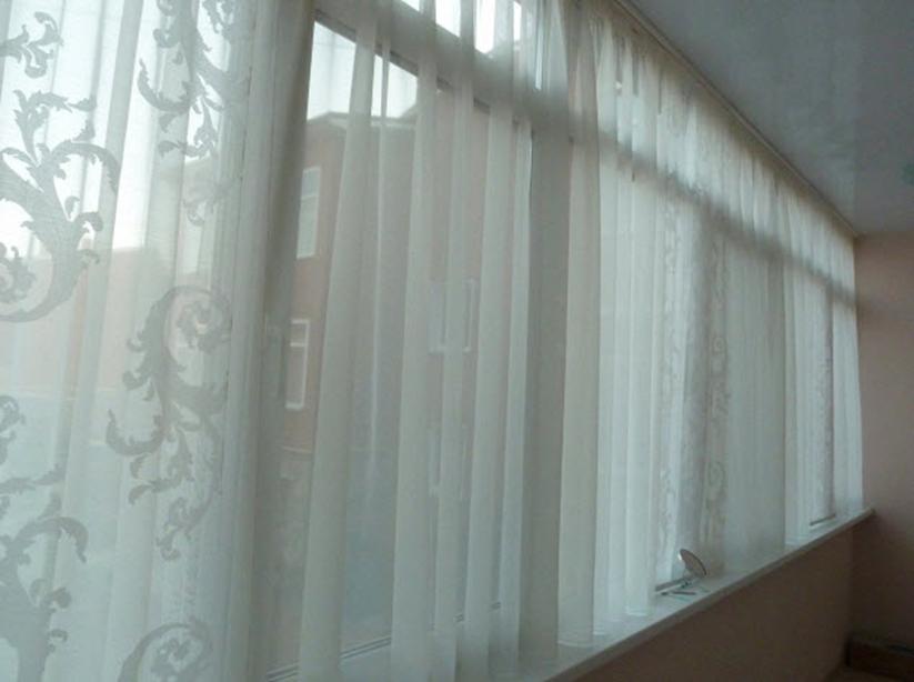 Фото нежной тюли в интерьере балкона