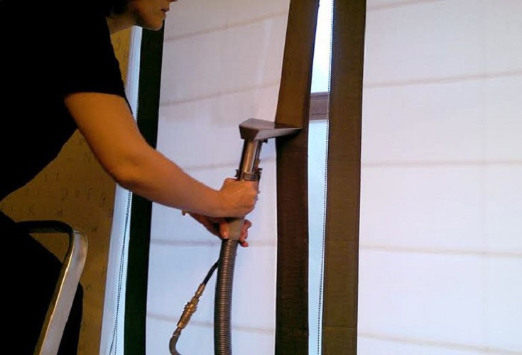 Чистить ролл шторы нужно с помощью парочистителя или специальной насадки