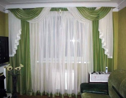 Двухцветная штора в гостиной